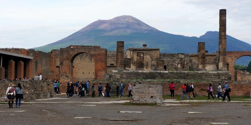 A imponência do Vesuvio ao fundo